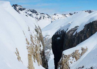 descente en ski dans un couloir