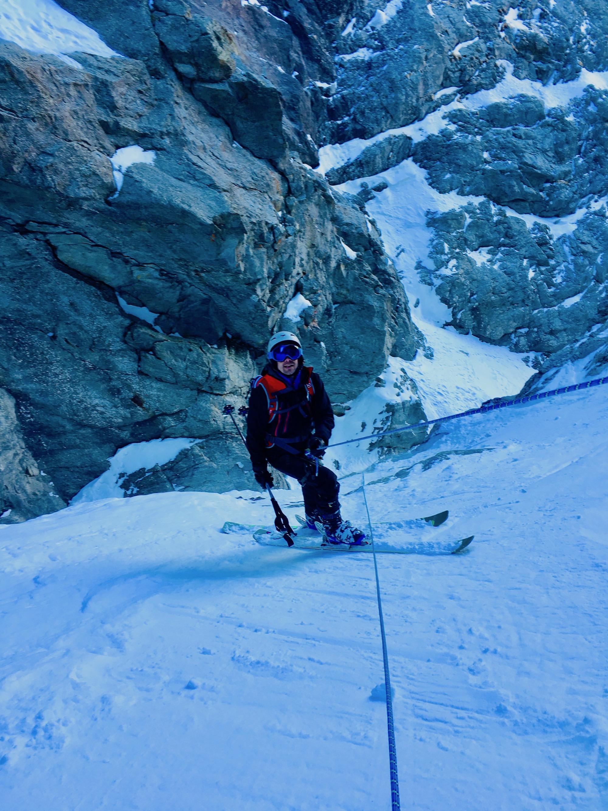 Encordé dans un couloir en ski hors piste, sécurité avant tout avec un guide de haute montagne