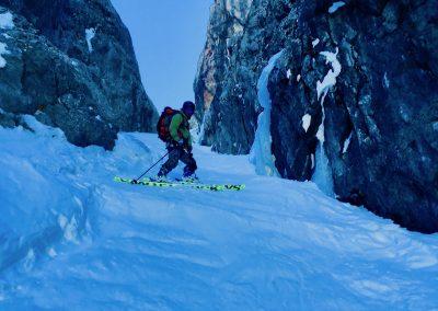 Skier dans un couloir à la Grave avec un guide de haute montagne