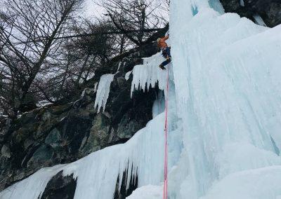 Ascension d'une cascade de glace en hiver avec un guide
