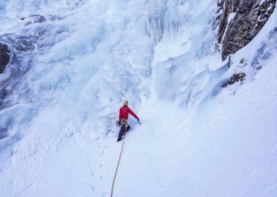Marche d'approche pour grimper une cascade de glace en sécurité