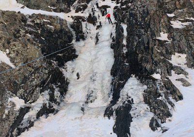 Initiation à la cascade de glace avec un guide de haute montagne