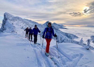 Équipe en ski de randonnée dans le vercors avec un guide